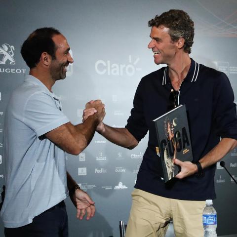 Guga recebe presente que abre as comemorações do aniversário dos 20 anos do primeiro título no Grand Slam Francês