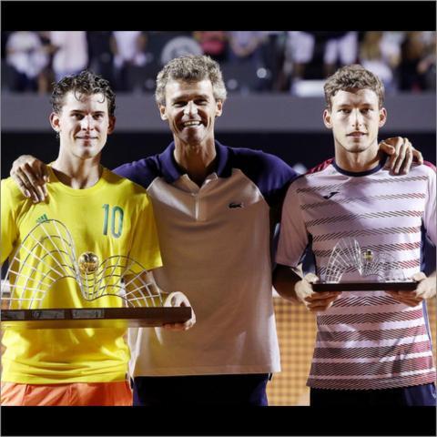 Guga entrega troféu ao Campeão do Rio Open